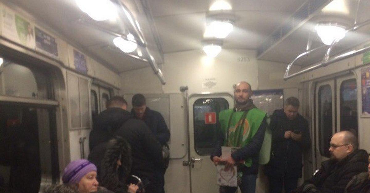Два парня в метро трогают друг другу хуи видео