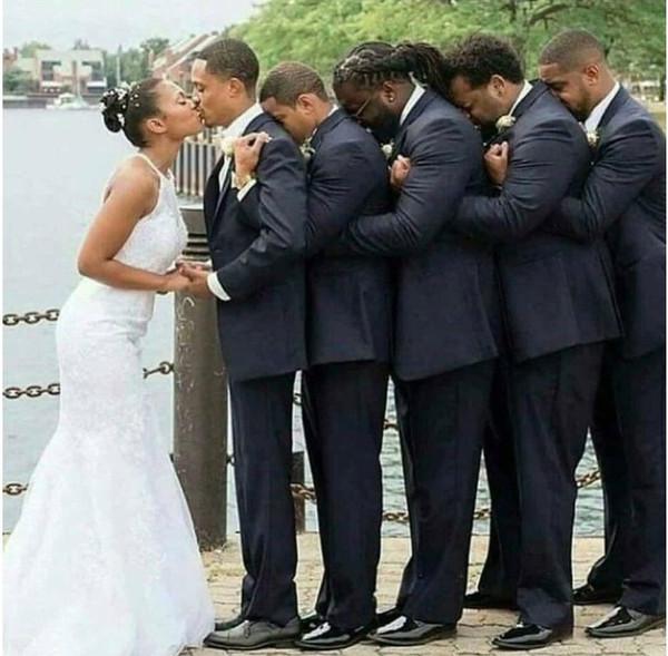 Друзья помогли парализованному жениху, чтобы он смог поцеловать свою невесту