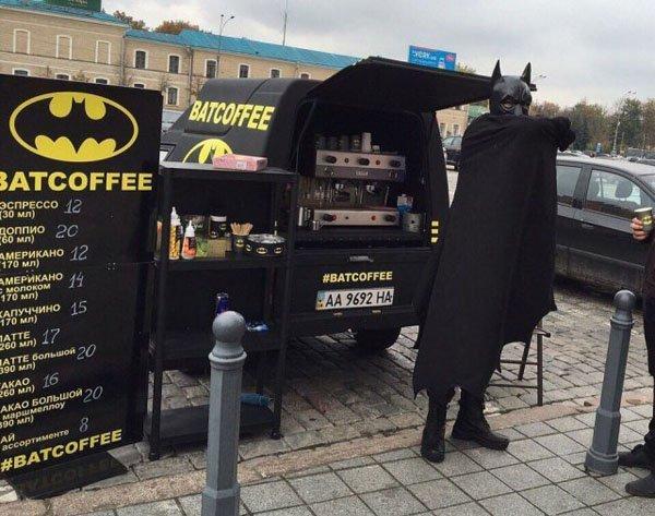 Одно какао с бэт-пирогом, пожалуйста! бэтмен, бэтмобиль, кофейня, колеса, Фото, из интернета