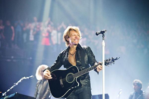 На одном из концертов Bon Jovi, фанатка бросила на сцену свитер. Bon Jovi, Рок