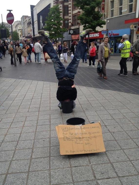 """Человек вверх ногами с головой в ведре посередине улицы. """"Вверх ногами и выгляжу ненормально. Но это не имеет значения, если тебе смешно."""""""