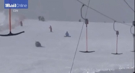 Гонщик выпал из снегохода и снегоход стал неуправляемый. Незнакомый парень на сноуборде спас ситуацию снегоход, сноуборд, гифка