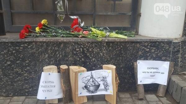 ЭТИ принесли к Генконсульству России деревянные чурки Виталий Чуркин, Украина, Политика