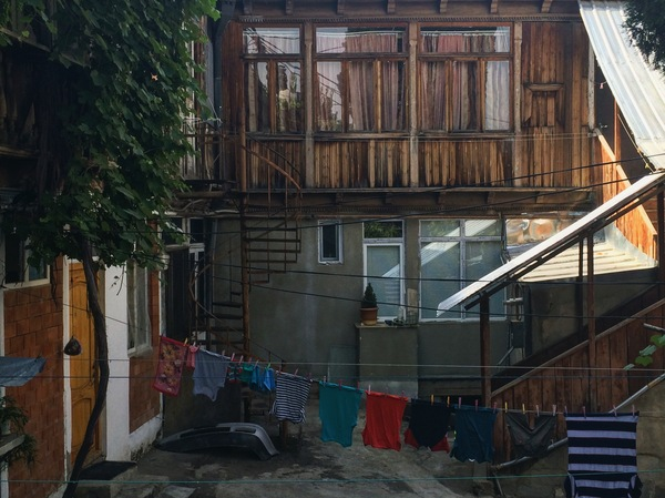 Старый Тбилиси немыслим без балконов и витиеватыx лестниц