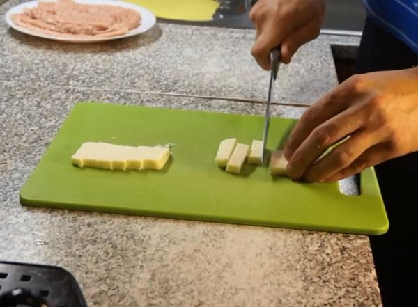 Рулетики из индейки с беконом - рецепт пошаговый с фото