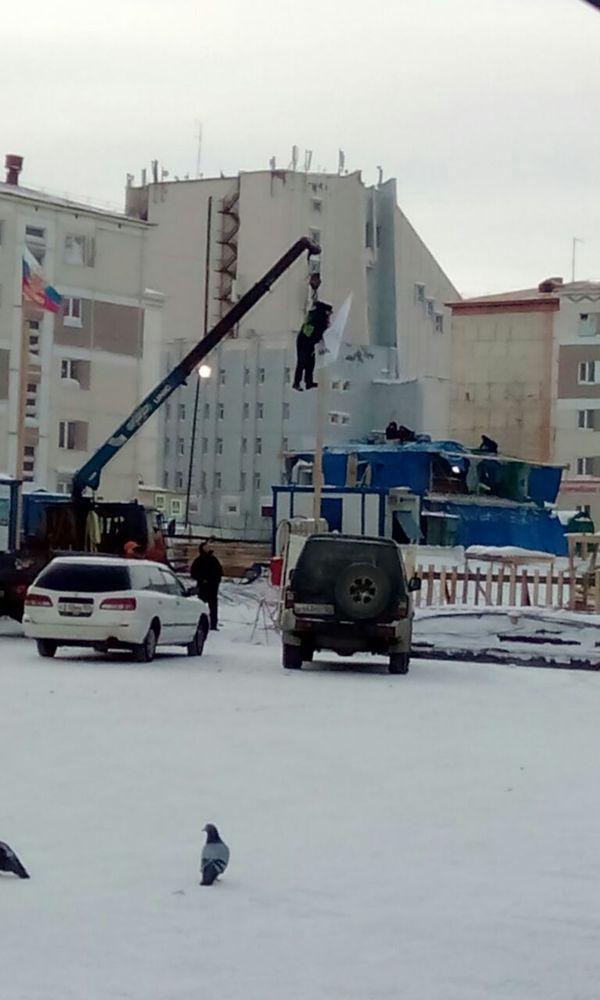 Когда начальство прибудет с минуты на минуту, а ты забыл повестить флаг... Норильск, Флаг, Техника безопасности, Длиннопост