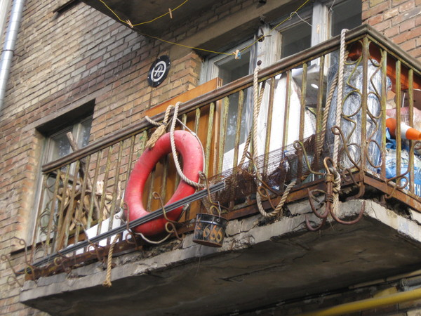 Когда в душе ты старый пират, этого не скрыть  :) балкон, моряк, пираты, якорь, спасательный круг, 666, дрова, Киев