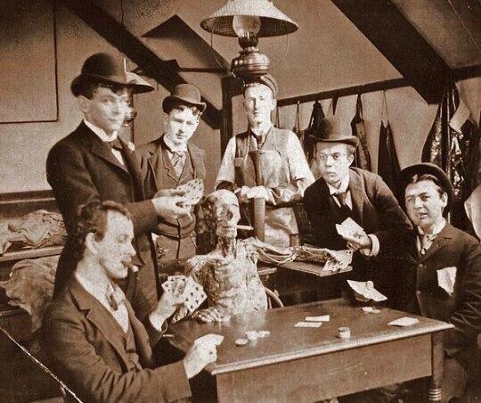 Студенты-медики играют в карты с курящим трупом (1890 гг).