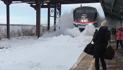 Когда поезд едет по нерасчищенным от снега рельсам гифка, reddit, поезд
