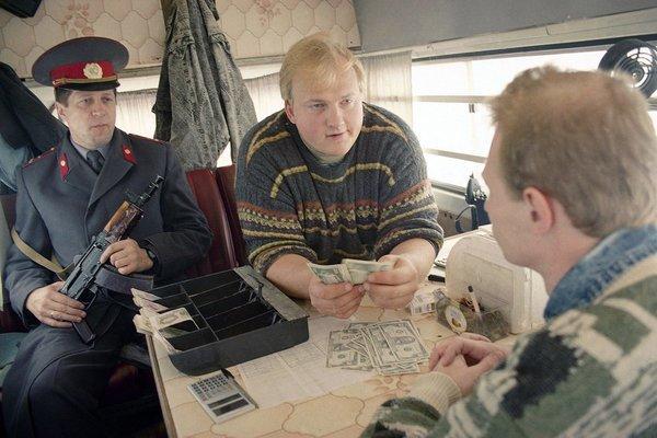 Москва, 1993, пункт обмена валюты в микроавтобусе. Фотография, 90-е, Москва, Обмен валюты