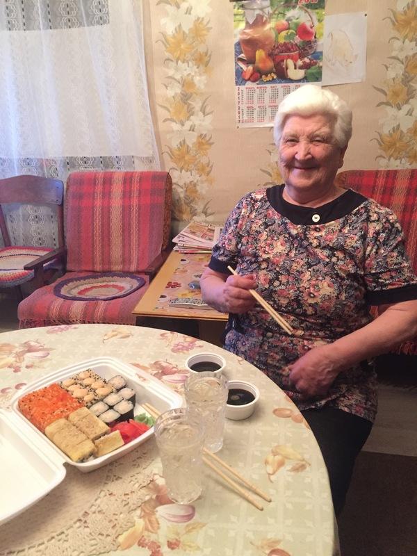 Бабуля первый раз в 82 попробовала роллы. бабушка, роллы, Ярославская область, Палочки