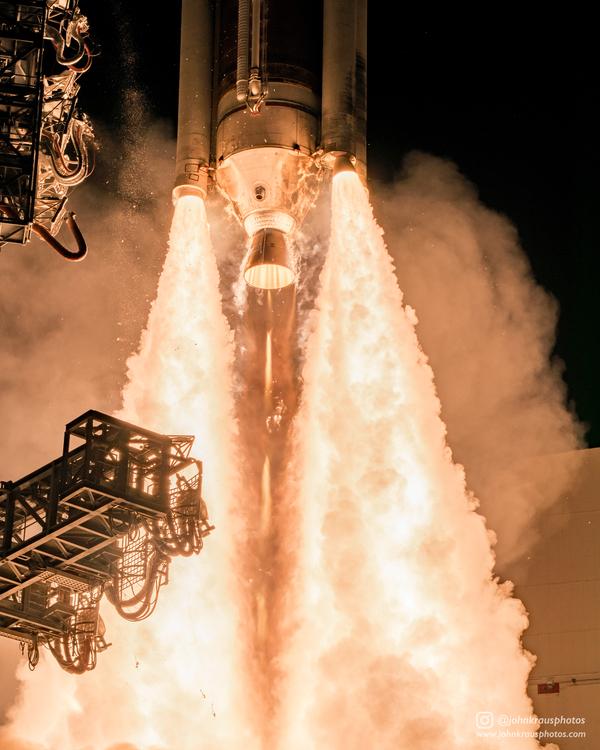 Крупный план взлета Delta IV Medium космос, Delta IV Medium