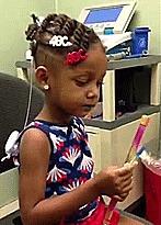 Маленькая девочка слышит звуки в первый раз в жизни