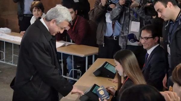 Техника не распознала отпечатки пальцев президента Армении на выборах. Армения, Выборы, Серж Саргсян, курьез, видео