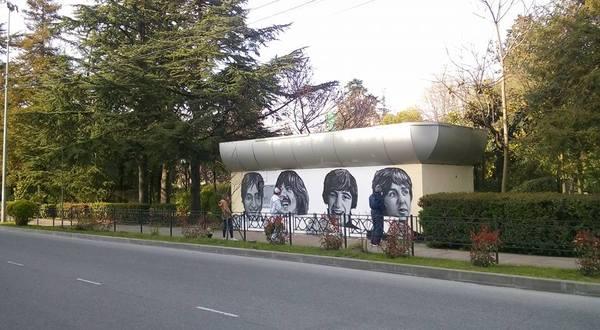 В Сочи нарисовали знаменитых дагестанцев вступивших в ВЛКСМ Сочи, юмор, The Beatles, граффити