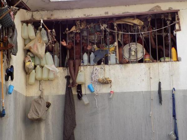 Тюрьма в столице Гаити Порт-о-Пренсе длиннопост, переполнение, тюрьма, Гаити, афроамериканцы, заключение