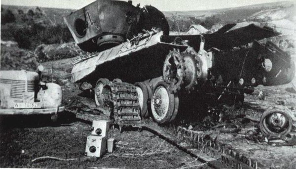 Попадание фугасного снаряда в танк видео