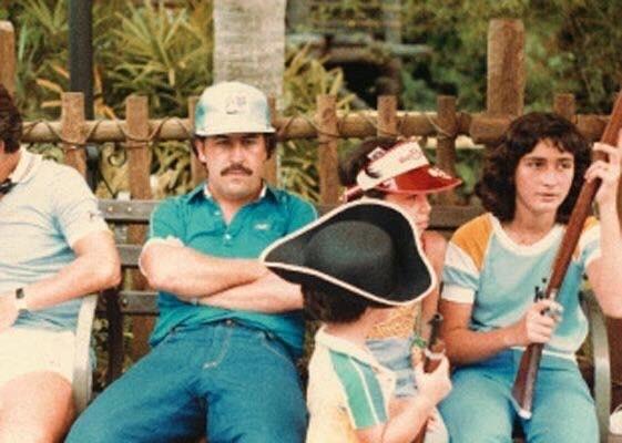 Пабло Эскобар с семьей в Диснейленде (да, тот самый от аксиомы)