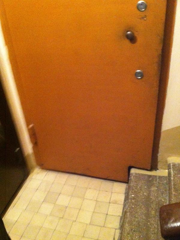 Большие двери на маленьких лестничных клетках Дверь, Подъезд, Лестничная площадка, Нестандарт