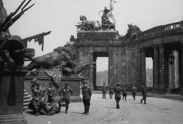 Групповой портрет советских офицеров возле скульптурных львов у памятника кайзеру Вильгельму I в Берлине, 1945 год.