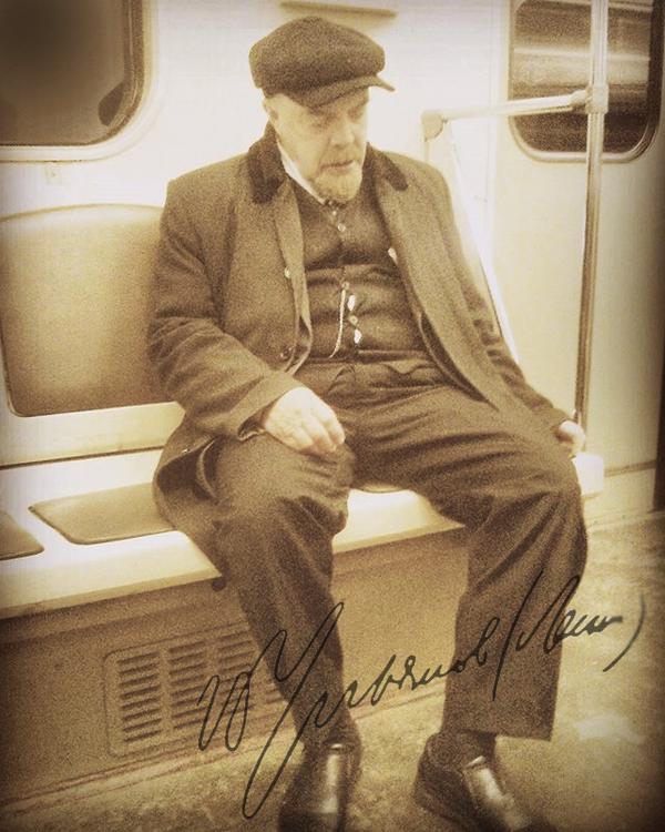 Редкое фото: Владимир Ильич возвращается в штаб РКП(б) на метрополитене имени себя, после рабоче-крестьянской демонстрации