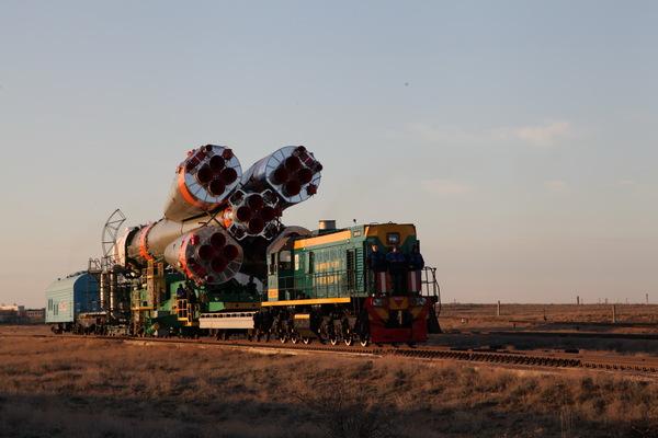 """Ракета-носитель """"Союз-ФГ"""" с ТПК """"Союз МС-04"""" готова к старту космос, ракета, союз, космонавт, старт, Байконур, видео, длиннопост"""