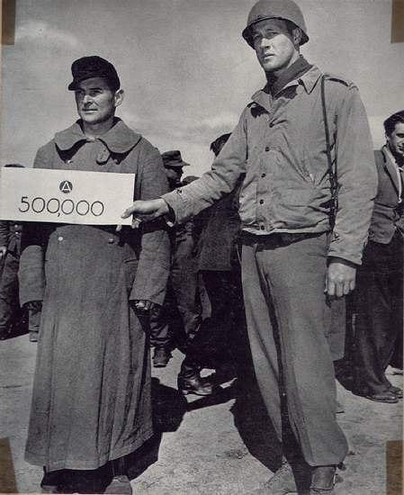 """""""Юбилейный посетитель"""" американского лагеря для военнопленных. 20 апреля 1945 г."""