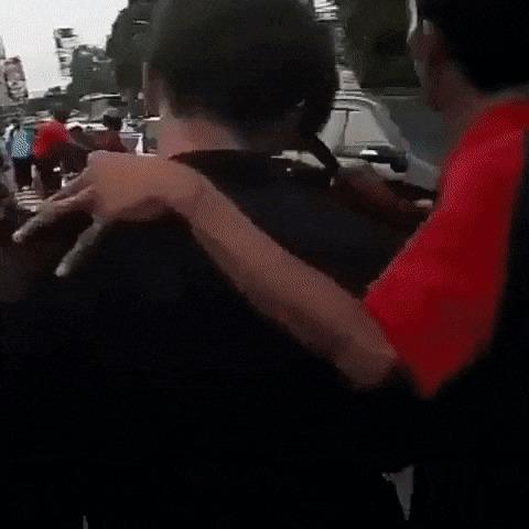 В Индонезии мужчина ушел с места драки с серпом в голове Индонезия, серп, ранение, жесть, гифка