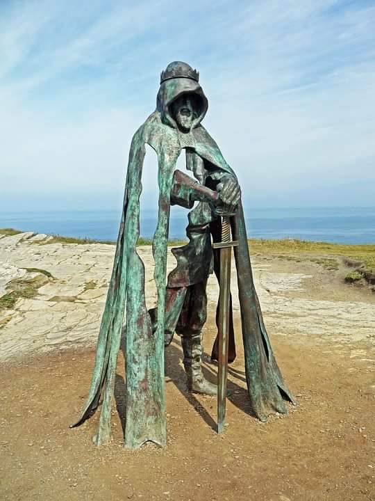 8ми футовая статуя короля Артура возле замка Тинтагель