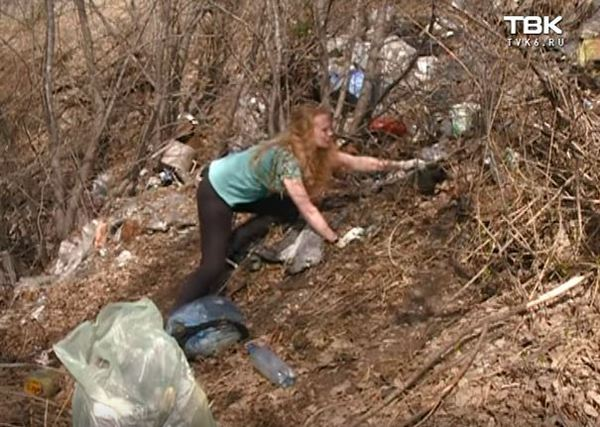 Жительница Германии убирает мусор в деревне под Красноярском Мусор, Чистота, Россия, Германия