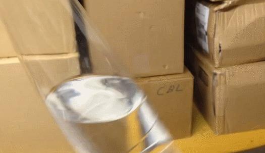 Прозрачный шарик из полимеров в бутылке