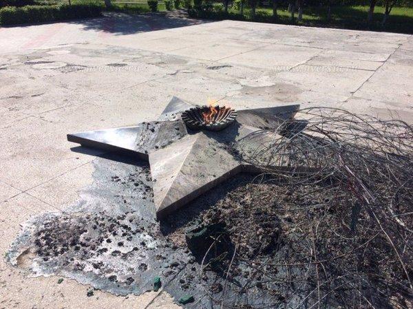 В Балашове приезжий вандал сжег венки у мемориала в центральном парке. Вандализм, Балашов, новости, длиннопост