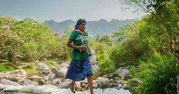 Мексиканка выиграла забег на 50 километров в сандалиях и юбке Бег, Спорт, Сила духа, Мексиканец, Сандалии, Юбка