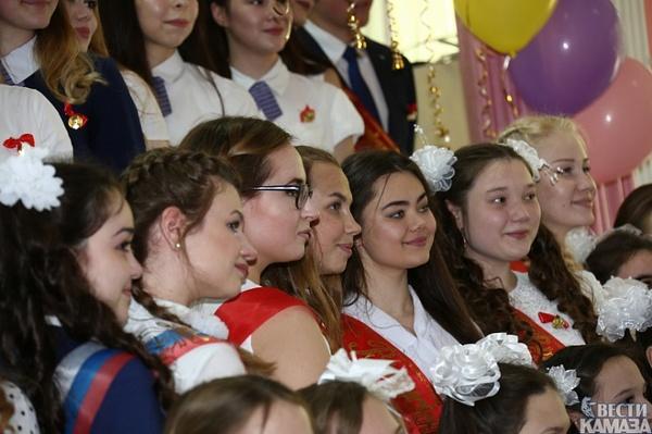 Русская девочка развлекается после школы перед камерой фото 164-616
