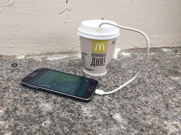 Встретил странного человека, который утверждал, что стаканчик макдака заряжает его смартфон Санкт-Петербург, смартфон, сумасшедший, McDonalds, зарядка