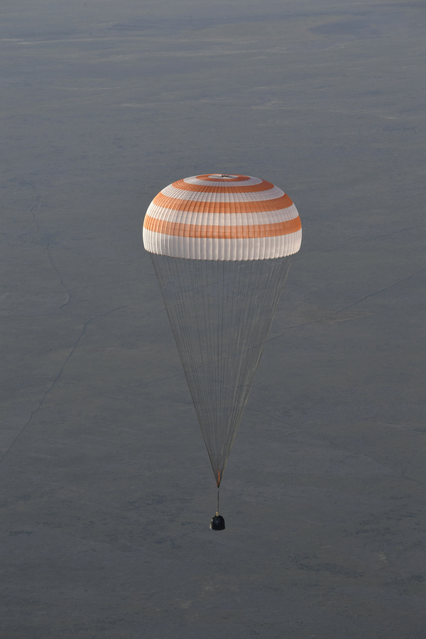 Возвращение экипажа Союза МС-03 на Землю союз мс-03, приземление, Казахстан, космонавт, длиннопост