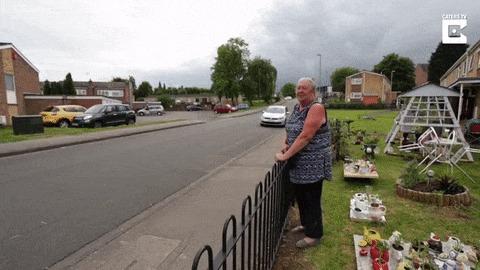 Соседи утверждают, что проблема скоростного проезда на их улице была решена после того, как эта бабушка начала использовать свой фен