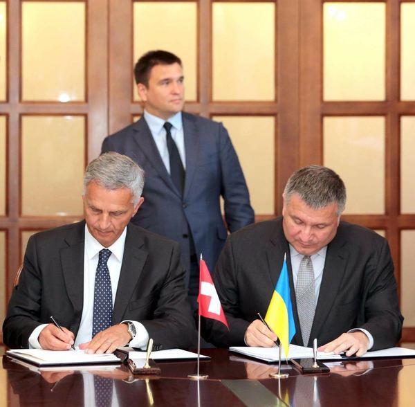 Аваков подписал несуществующее соглашение о безвизовом режиме со Швейцарией Политика, Украина, Европа, Без визы, Швейцария, Аваков, Климкин, Зрада