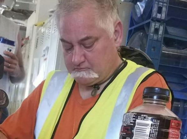 Когда чихнул так сильно, что усы сползли