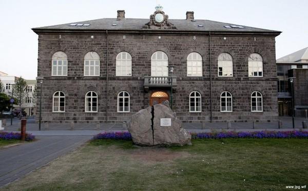 Перед зданием парламента Исландии лежит расколотый камень Исландия, Парламент, Монумент, Восстание, Политика, Священное право и обязанность