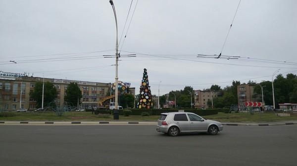 9 июня. В Тамбове нарядили ёлку.