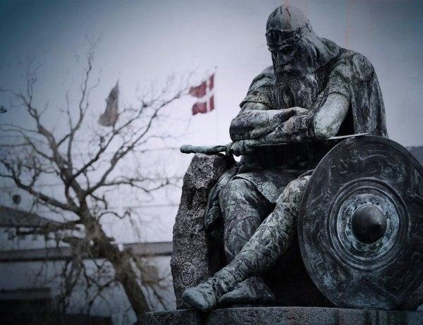 Скульптура Ожье Датчанина, известная как «Спящий викинг». викинги, Дания, статуя