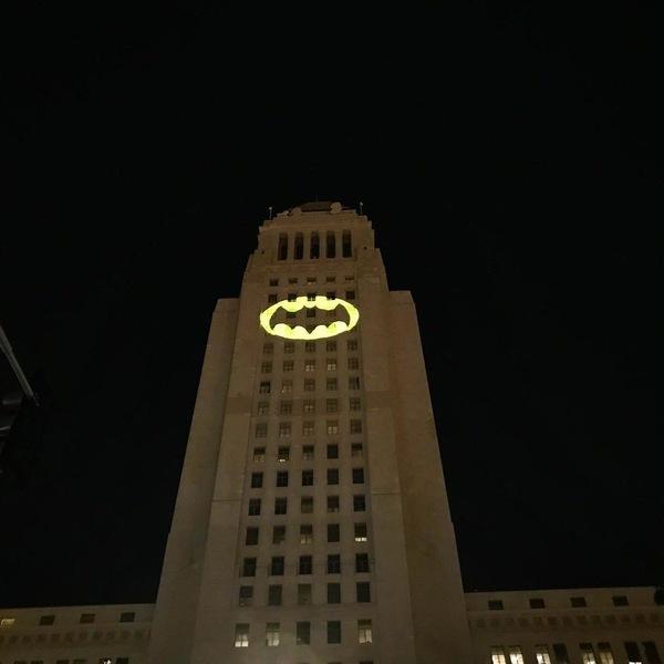 Несколько минут назад в Лос-Анджелесе зажгли Бэт-сигнал в память об Адаме Уэсте, сыгравшем Бэтмена Бэтмен, Вечная память