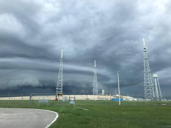 Тем временем над мысом Канаверал во Флориде. spacex, SpaceX Falcon 9, Болгария, лента, Илон Маск, фотография, шторм, космос