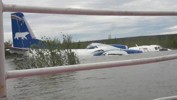 Фотофакт: в аэропорту Белой Горы Якутии затопило Ан-26
