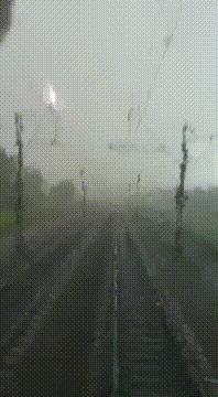 Мы едем в аду Молния, Поезд, Дождь, Текст, Гифка