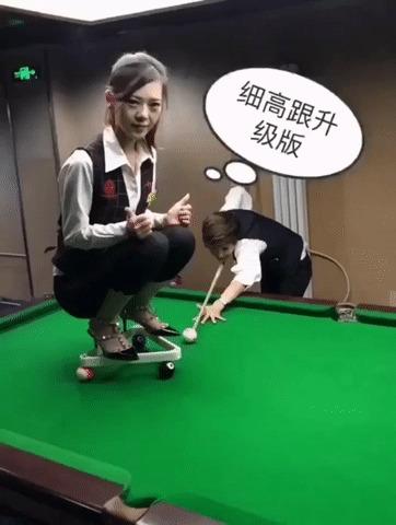 парень предложил сыграть в бильярд на раздевание