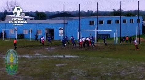Суровый аргентинский футбол Футбол, Дождь, Газон, Гифка