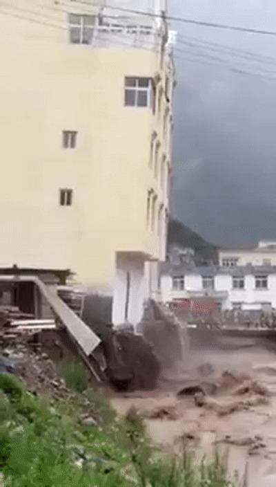 Наводнение в Тибете уронило пятиэтажный дом Китай, Наводнение, Тибет, Гифка