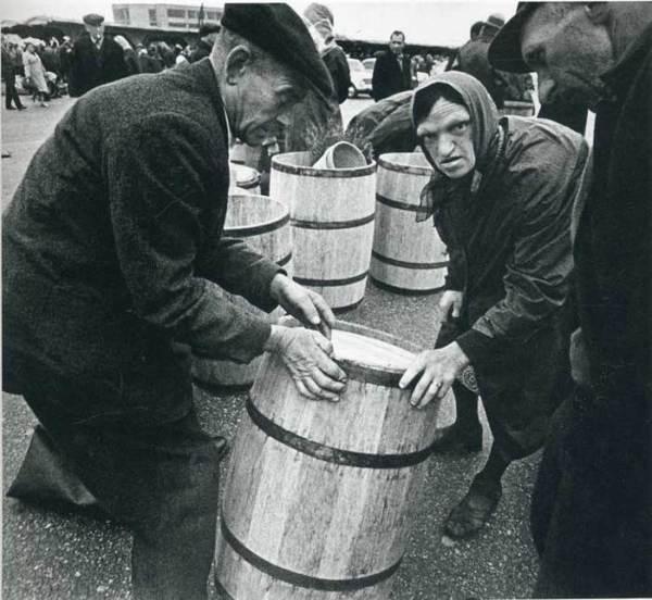 Покупка бочки на базаре, СССР, 1960–е.